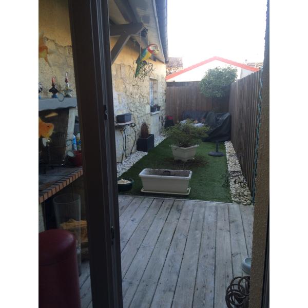 Réhabilitation d'une cour à Bordeaux en un lieu de vie extérieur chaleureux et convivial